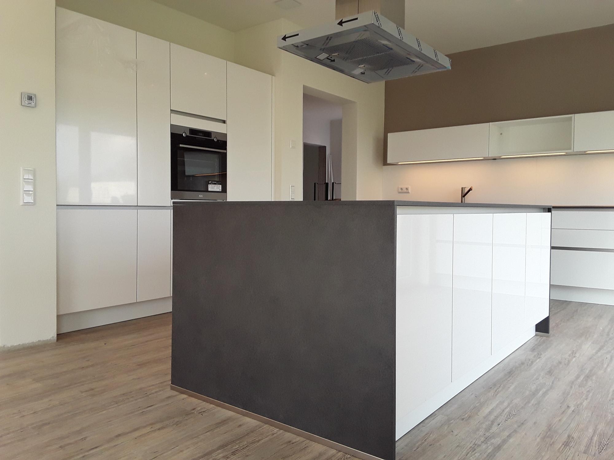 Grifflose Küche   Slimtop Arbeitsplatten 16mm Stark   Fronten Lack Matt  Weiß   Integrierte LED Langfeldleuchten In Den Hängeschränken    Handtuchhalter ...