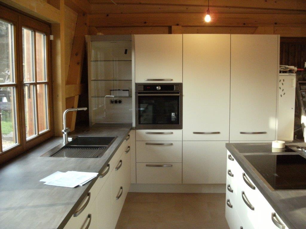 Holzhaus trifft auf moderne Lack-Küche - Gutsmann Küchen ...