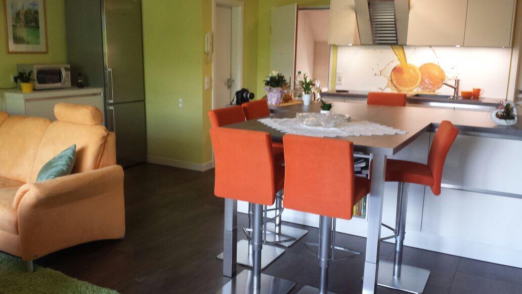 Wohnküche Mit Sitzmöglichkeiten Und Übergang Ins Wohnzimmer