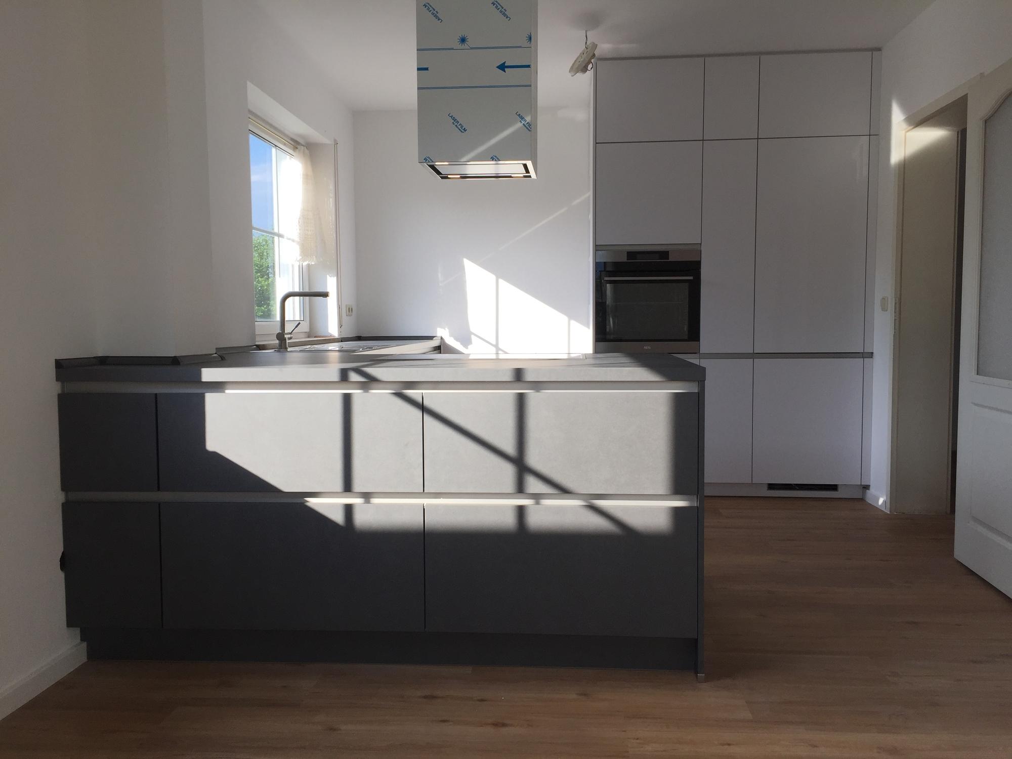 moderne Grifflose Küche mit Metallfronten - Gutsmann Küchen ...